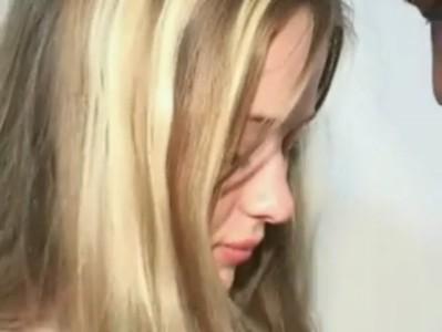 เชียร์หลีดเดอร์สาวอยากโดนเย็ดเลยให้วัยรุ่นดำกระทุ้งหีเล่น Porn แคม